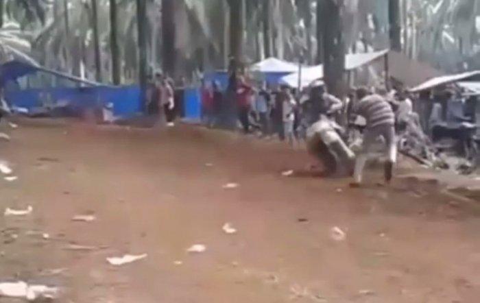 Ingin Menyebrang Saat Balapan, Pria Ini Kena Hantam Pembalap