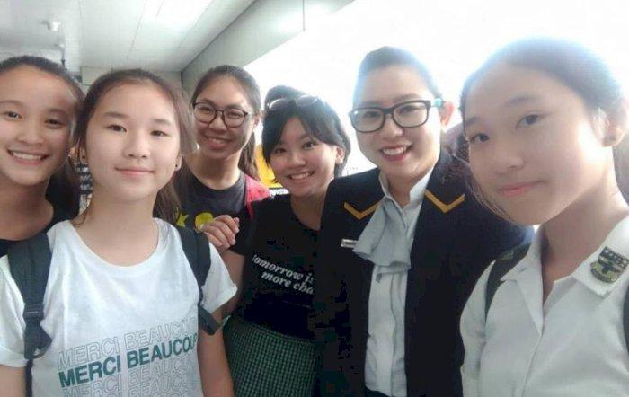 Bersih-bersih Stasiun MRT, Aksi Gadis-gadis Cantik Ini Bikin Salut!