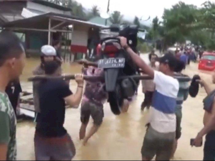 Banjir Rendam Jalan, Warga Bikin Jasa Pikul Motor