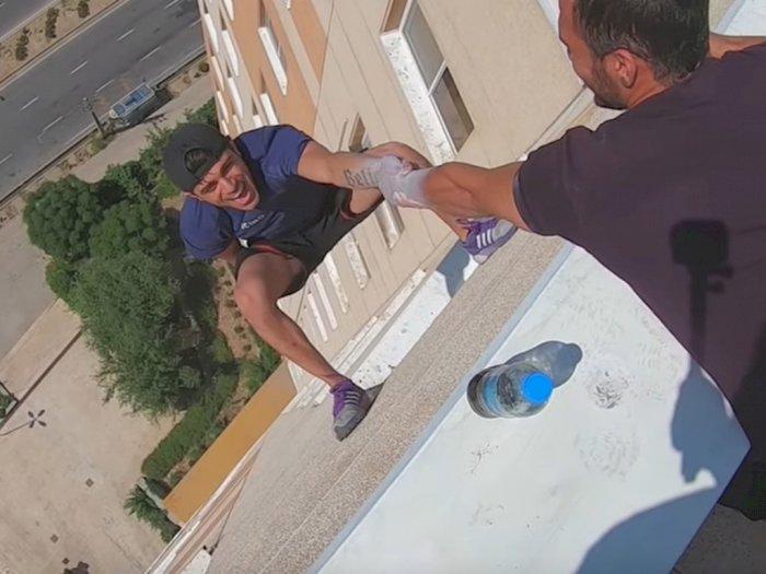 Wow! Pria Ini Bisa Lempar Botol Sambil Gelantungan di Bangunan Tinggi