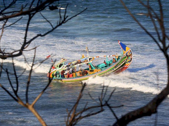 Dihantam Gelombang, Kapal Wisatawan Jepang Tenggelam di NTT