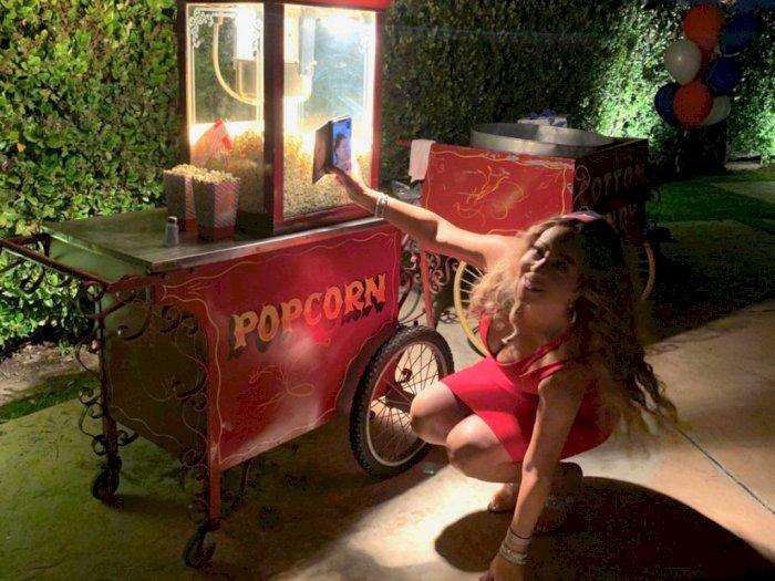 Biar Selfienya Bagus, Mariah Carey Jongkok di Depan Mesin Popcorn