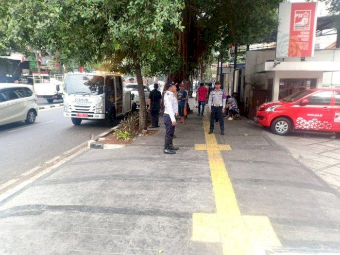 Dishub Jakarta Tertibkan Mobil yang Parkir di Trotoar Depan Kantor PSI