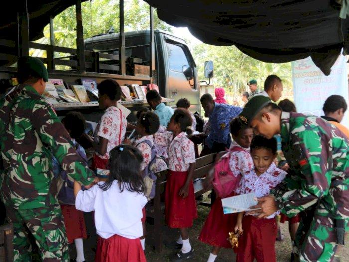 Satgas Pamtas Hadirkan Perpustakaan Keliling Di Kampung Yanggandur