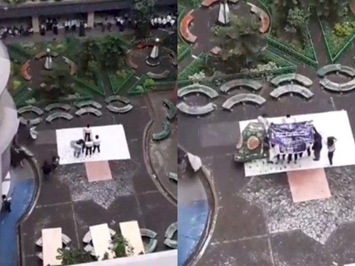 Viral Video Mahasiswa Senior Payungi Maba yang Sholat Saat Kehujanan