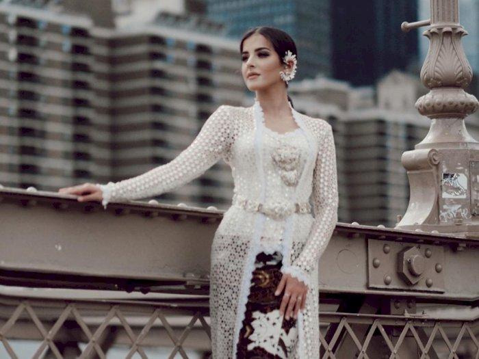 Tasya Farasya Menggunakan Kebaya di New York Fashion Week