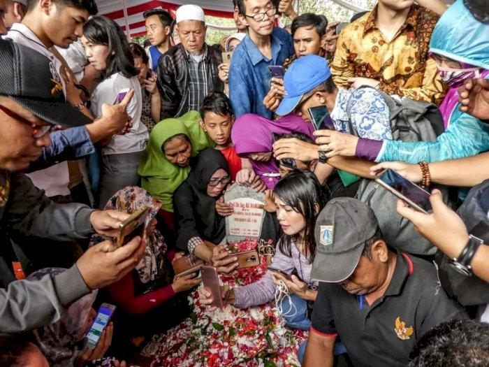 Miris, Makam BJ Habibie Dipenuhi Warga yang Sibuk Untuk Selfie