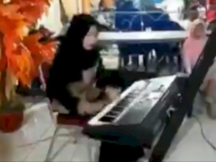 Wanita Ini Tuai Pujian Karena Skill Bermain Keyboardnya