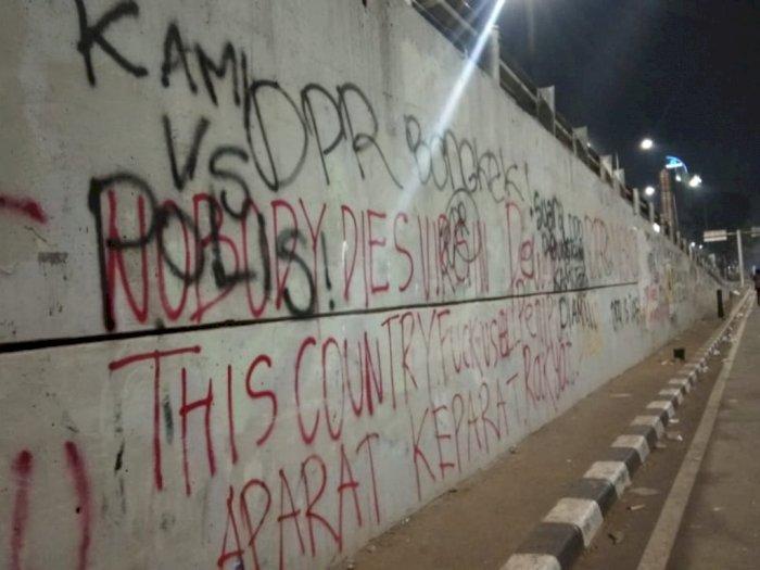 Massa Tulis Kalimat Makian ke DPR dan Polisi di Tembok Ibu Kota