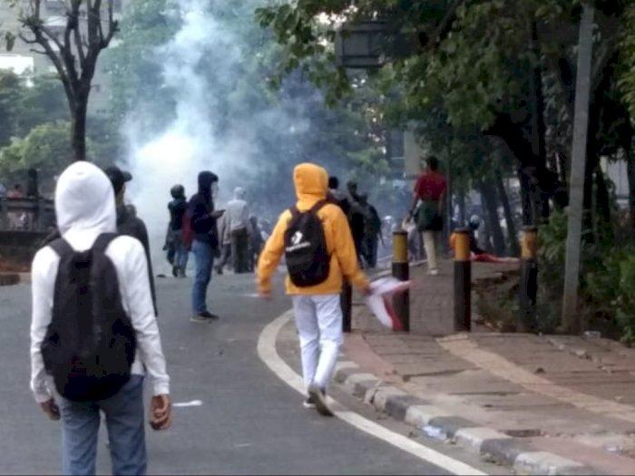 Dilempar Petasan, Polisi Membalas dengan Water Cannon