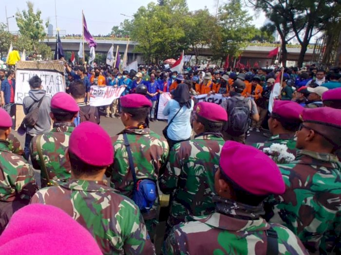 Baret Ungu Bikin Massa Terduduk di Bawah Flyover Senayan