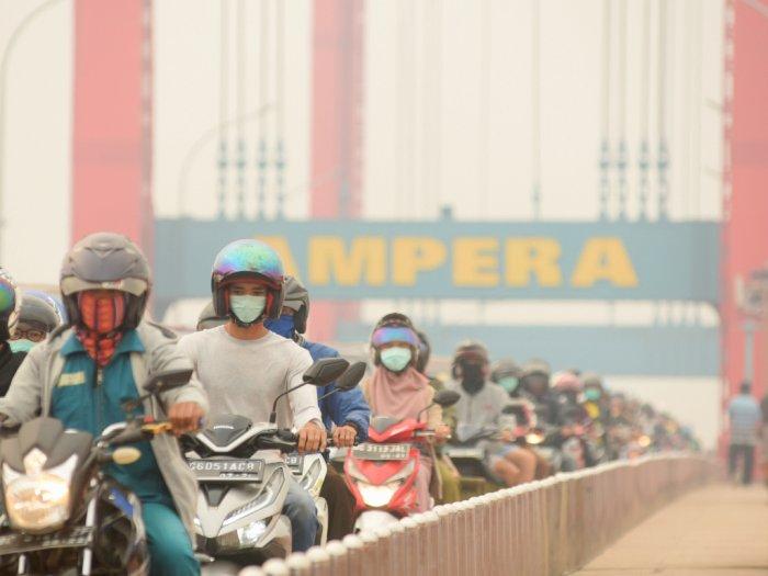 Palembang Diserbu Kabut Asap, Siswa Sekolah Justru Girang