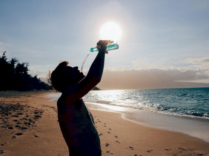 Saat Cuaca Panas Lebih Baik Mana, Isotonik atau Air Putih Biasa?