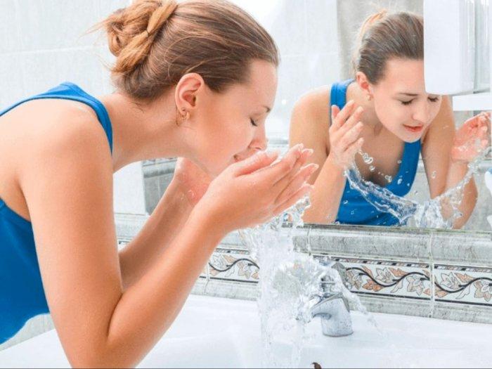 Manakah yang Lebih Baik, Cuci Muka Pakai Air Dingin  atau Air Hangat?