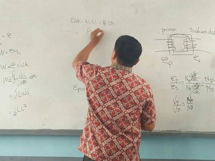 Tetap Ngajar Meski Harus Pakai Tangan Kiri, Kisah Guru Ini Bikin Salut
