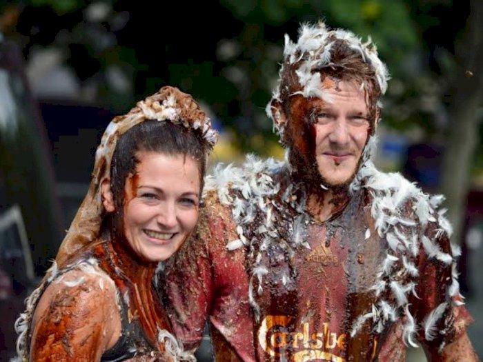 Tradisi Pernikahan Skotlandia Ini Melumuri Mempelai dengan Kotoran
