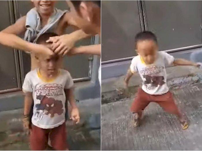 Dikerjai Temannya, Bocah Ini Tetap Goyangkan Kepala Jatuhkan Koin