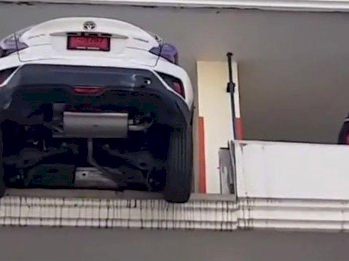 Ngeri, Mobil Hampir Jatuh dari Ketinggian 15 Meter di Lahan Parkir
