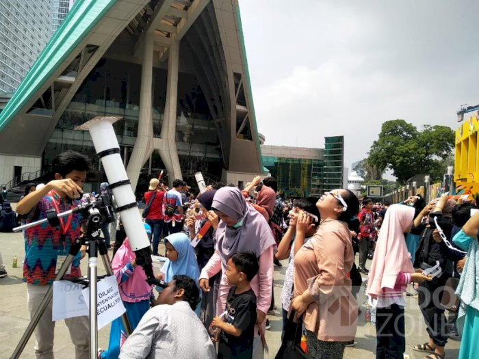 Girangnya Warga Jakarta Lihat Gerhana Matahari di Planetarium