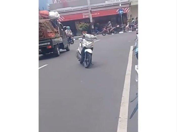 Emak-Emak Parkir Motor di Tengah Jalan, Netizen: Bahaya Kalau Ditegur