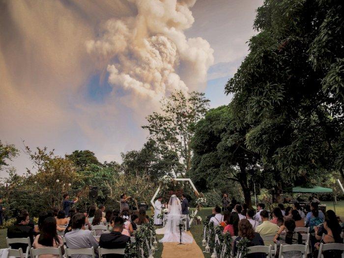 FOTO: Pasangan Ini Tetap Menikah saat Gunung Taal Erupsi
