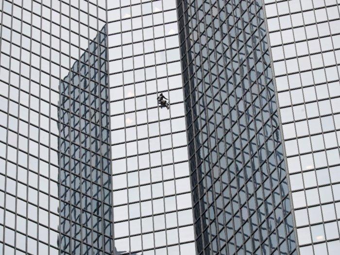 FOTO: Aksi Nekat Spiderman Perancis Panjat Gedung 48 Lantai