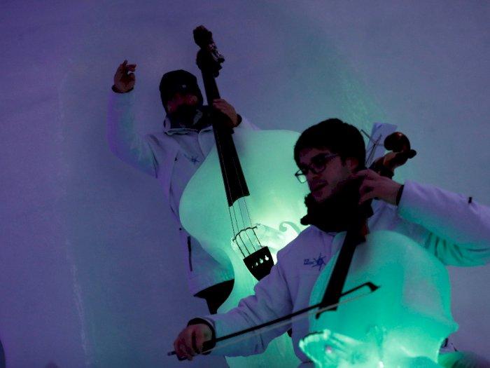 FOTO: Aksi Sejumlah Musisi yang Bermain Alat Musik dari Es