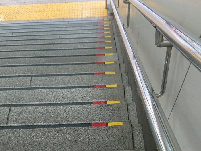 Ternyata Ini Arti Garis Merah & Kuning di Fasilitas Umum di Jepang