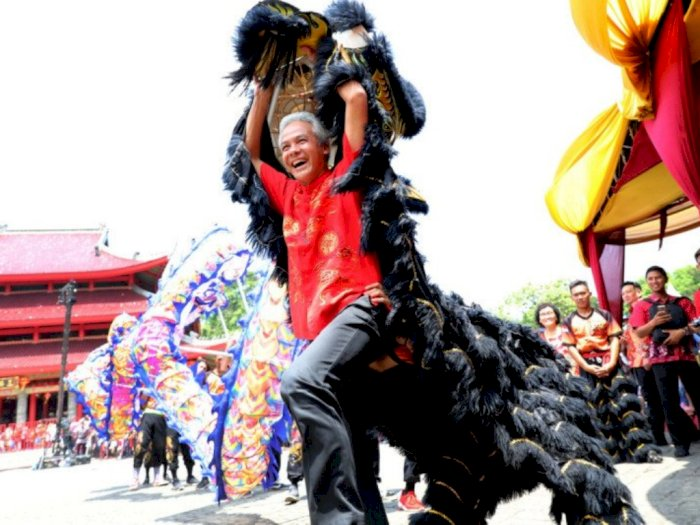 Meriahkan Perayaan Imlek, Gubernur Jateng Ganjar Main Barongsai
