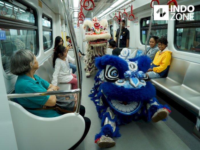 FOTO: Atraksi Barongsai Hibur Penumpang LRT Jakarta