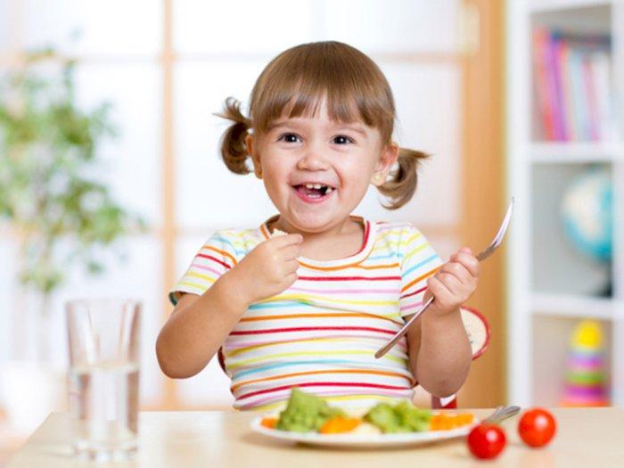 Sejak Usia Berapa Anak Bisa Makan Sendiri?