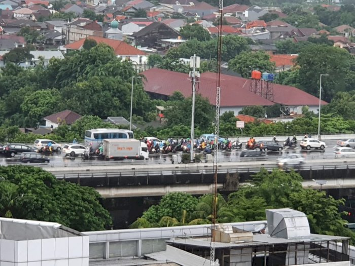 Banjir, Pemotor Nekat Masuk Tol Dalam Kota