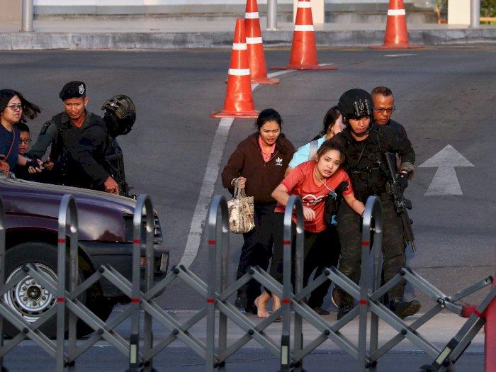 FOTO: Polisi Thailand Mengevakuasi Warga Saat Penembakan Massal
