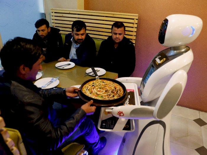 FOTO: Timea, Robot Pelayan Restoran Pertama di Afghanistan
