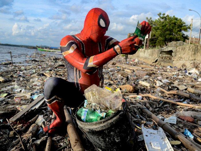 Berkostum Spiderman dan Bersihkan Sampah, Aksinya Disorot Media Asing