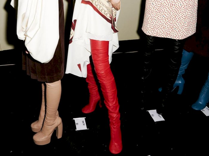 Hei Fashionista, Victoria Beckham Rilis Sepatu Boot Warna-Warni Sepaha