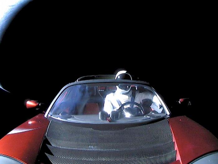 Mobil Listrik Tesla Sudah Melintasi Miliar Kilometer di Ruang Angkasa