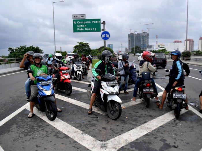FOTO: Jakarta Banjir Lagi, Pengendara Motor Masuk ke Jalan Tol