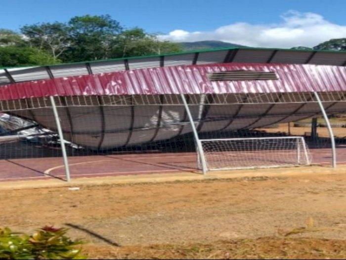 Diterjang Puting Beliung, Atap Rangka Besi Lapangan  Futsal Ini Ambruk