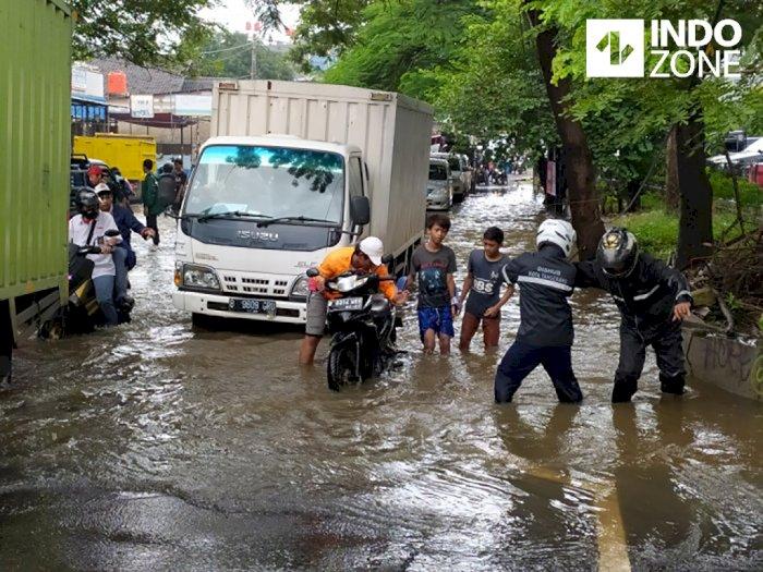 Genangan Air Tinggi, Jalur Pasar Lembang Ciledug Macet Parah
