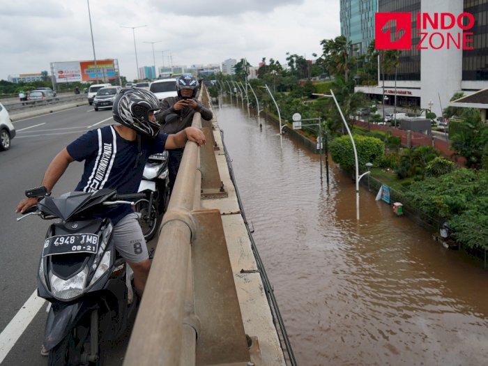 FOTO: Hindari Banjir, Pengendara Motor Masuk ke Jalan Tol