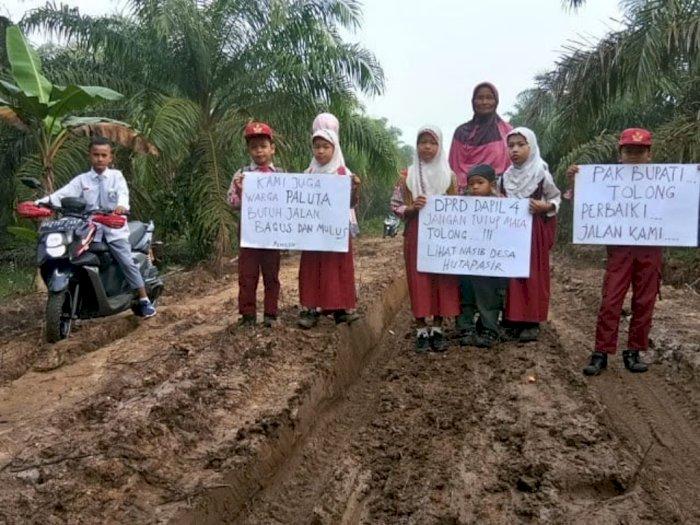 Jalan di Huta Pasir Rusak Parah, Para Siswa Ini Berharap Diperbaiki