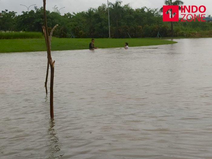 Meski Banjir, Anak-Anak Ini Tetap 'Santuy' Main Air