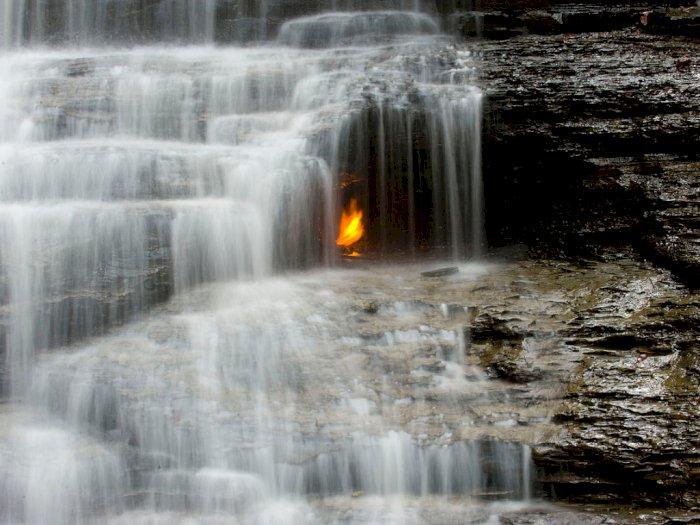 Eternal Flame Falls, Air Terjun dengan Api di Tengahnya
