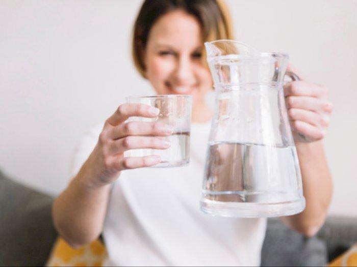 Ketahui Berbagai Manfaat Minum Air Putih Hangat saat Musim Hujan