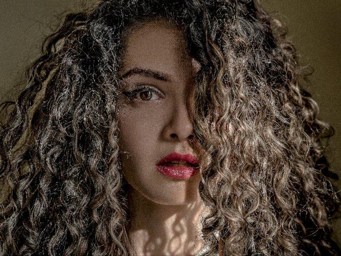 Tips Perawatan Rambut Keriting, Ternyata Nggak Boleh Sering Keramas