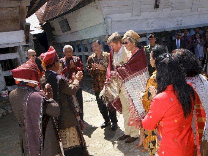 FOTO: Kunjungi Rumah Adat Batak, Raja Belanda Dihadiahi Kain Ulos