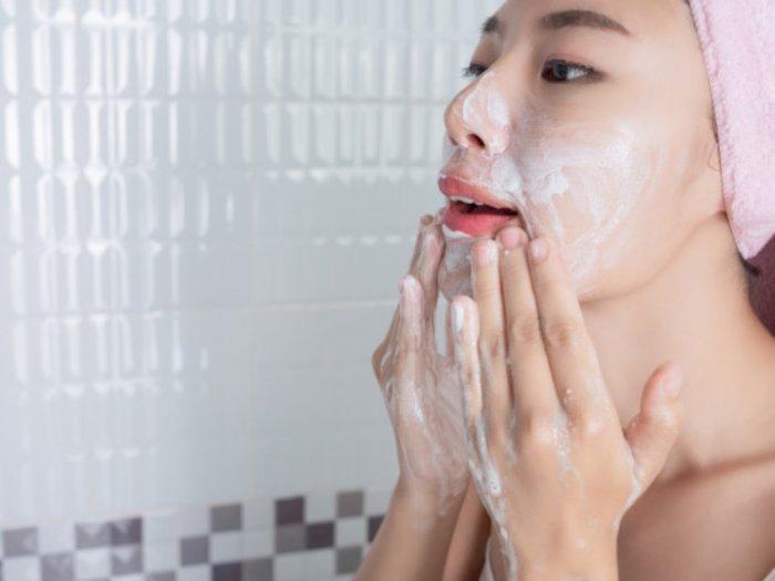 Perlukah Mencuci Wajah Sebelum Memakai Scrub?