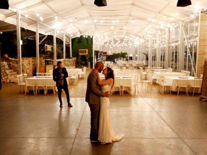 FOTO: Pasangan Ini Tetap Menikah saat Virus Corona Mewabah