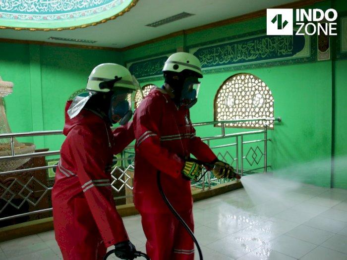 FOTO: Damkar DKI Semprot Disinfektan di Masjid dan Panti Sosial